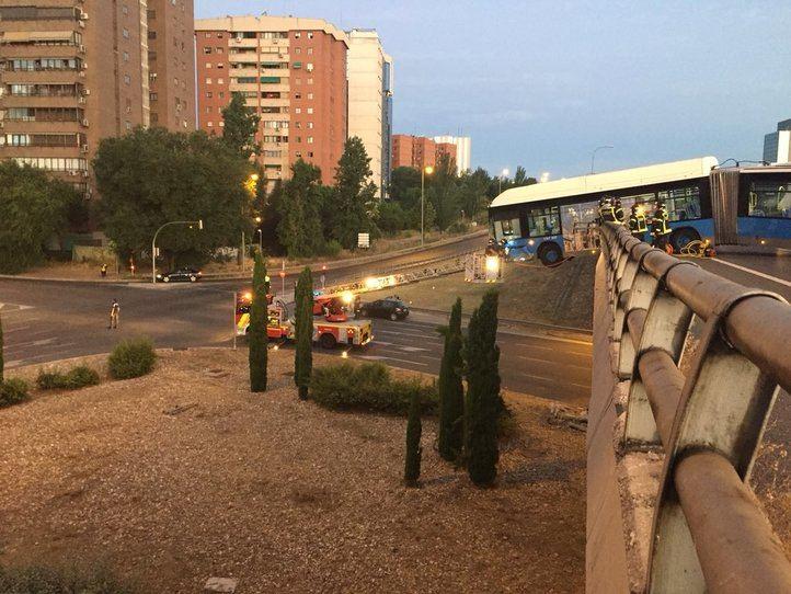 Un bus sin pasajeros, suspendido de un puente