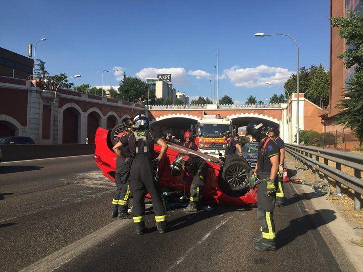 Dos heridos leves tras chocar y volcar sus coches en la A-2