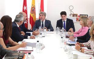 Ángel Garrido preside el Consejo de Gobierno celebrado en Alcorcón, junto al alcalde David Pérez.