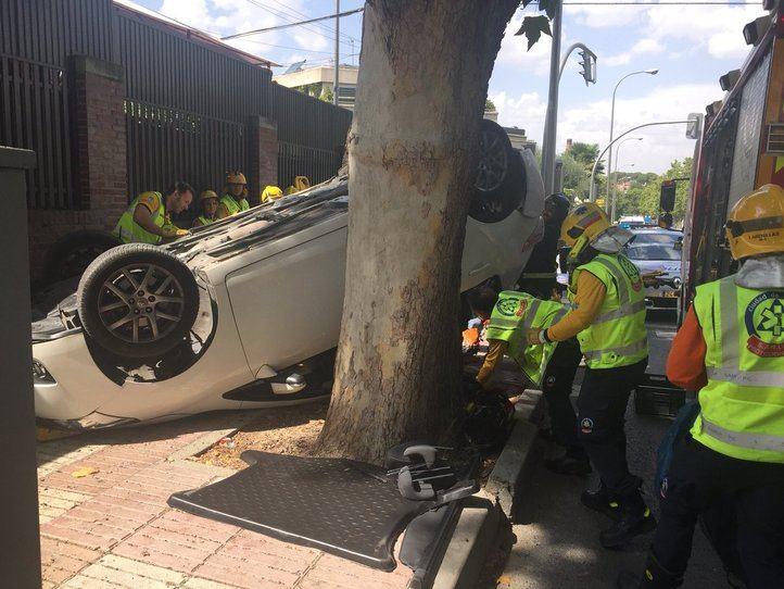 El coche volcado tras el accidente provocado por un conductor a la fuga.