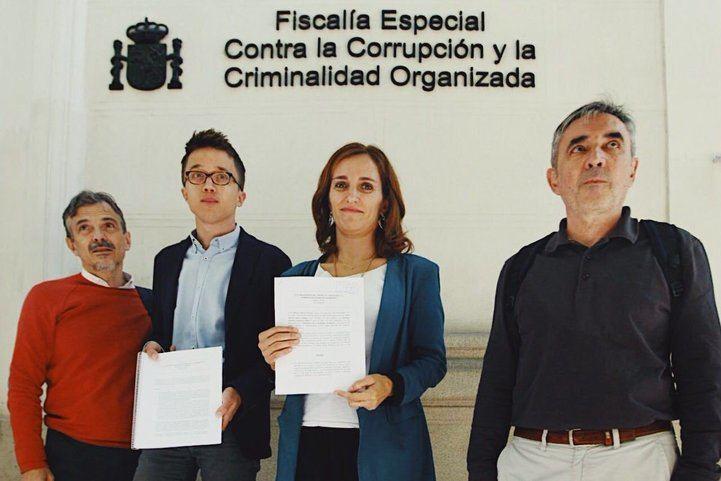 El secretario de Análisis Estratégico de Podemos, Íñigo Errejón, y la portavoz de Sanidad de Podemos en la Asamblea de Madrid Mónica García, antes de presentar la denuncia en Fiscalía.
