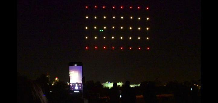 Drones con luces iluminan el cielo de Madrid en recuerdo a las víctimas del coronavirus