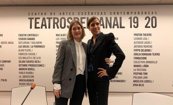La nueva directora de los Teatros del Canal, Blanca Li, con la consejera de Cultura, Marta Rivera de la Cruz.