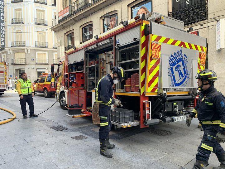 Bomberos trabajando en un incendio en la calle Tetuán por Emergencias Madrid