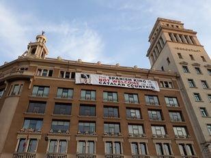 Los activistas que a última hora del jueves habían colgado una pancarta contra el Rey en la plaza de Catalunya de Barcelona han vuelto a colocarla completamente a las 7.25 horas de este viernes.