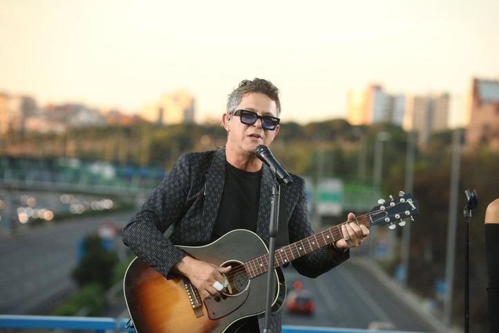 El cantante Alejandro Sanz durante su concierto sorpresa en el puente de la M-30 que conecta Moratalaz con el barrio de La Estrella