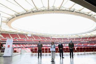 La presidenta regional en el estadio Wanda Metropolitano en el comienzo de las vacunaciones masivas