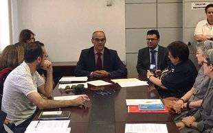 El consejero de Educación, Rafael Van Grieken, se reúne con los representantes de los centros afectados