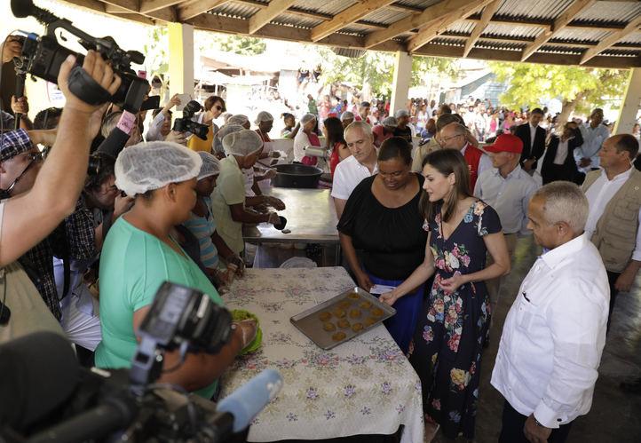 La Reina con Diana Céspedes, emprendedora de la FMBBVA, durante la visita a la Asociación de Mujeres 'La Esperanza'