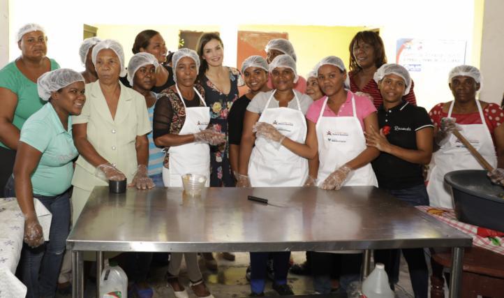 """La Reina con las mujeres de la Asociación """"La Esperanza"""", que preside Diana Céspedes, emprendedora FMBBVA"""
