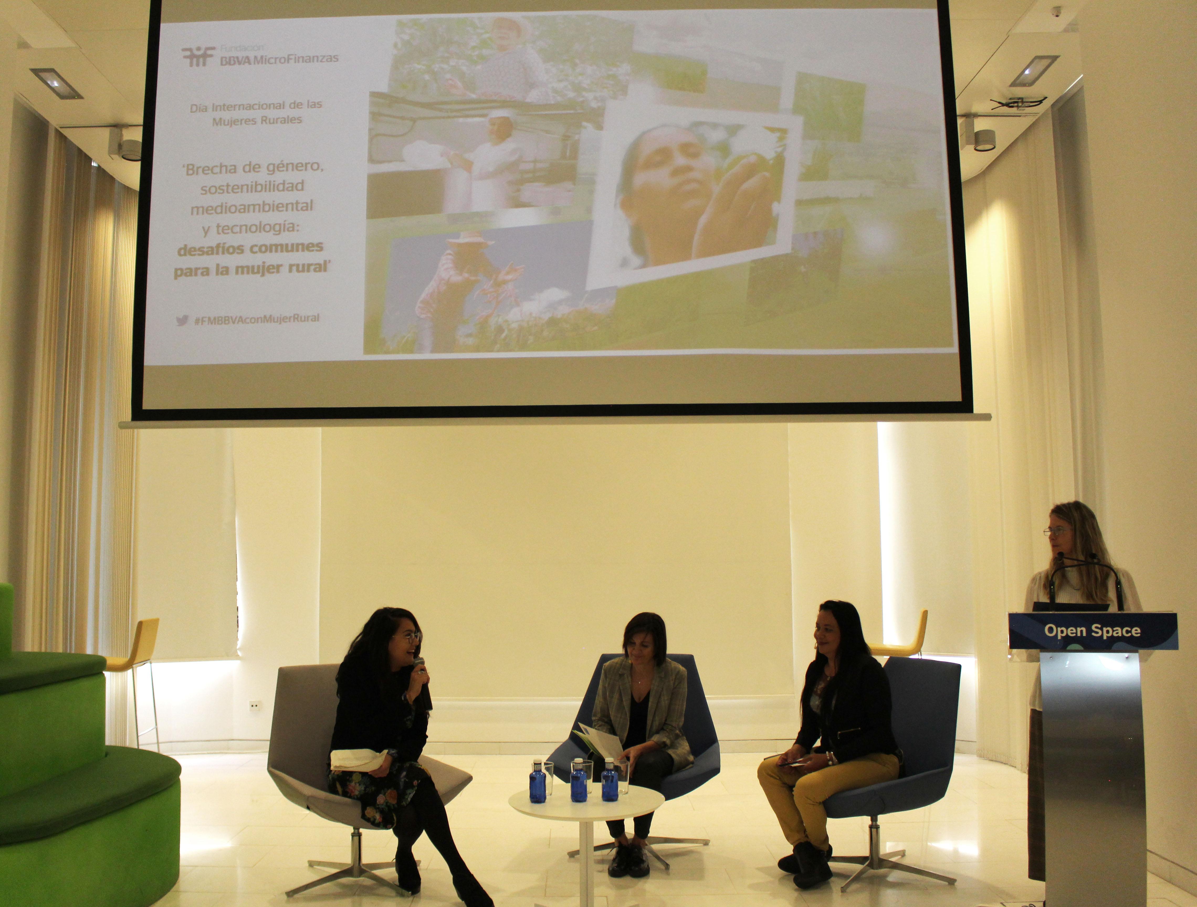 Sandra Mendoza, emprendedora FMBBVA y Manuela Gómez, emprendedora FADEMUR en el acto de la FMBBVA