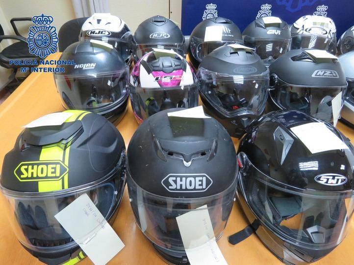 La Policía Nacional recupera 35 cascos de motocicleta que habían sido robados en Madrid
