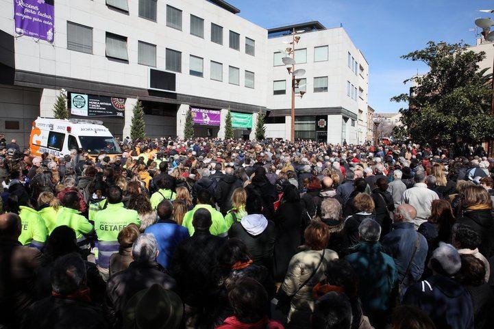 Concentración frente al Ayuntamiento de Getafe por el supuesto parricidio de los dos niños.