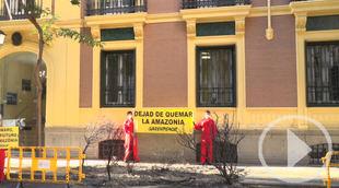 Greenpeace simula un incendio frente a la Embajada de Brasil