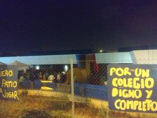 Padres y alumnos del colegio Miguel de Cervantes de Getafe pasan la noche dentro del centro.