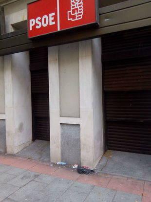 Carteles y huevos protesta en la sede del PSOE en Ferraz