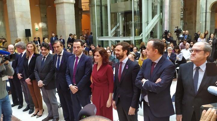 Isabel Díaz Ayuso posa junto a Pablo Casado e Ignacio Aguado en el acto por el Día Internacional contra la Violencia Machista