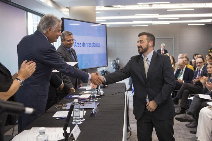 Ignacio Garralda -presidente del Grupo Mutua y su Fundación- entrega una de las ayudas al doctor Alberto Sandiumenge