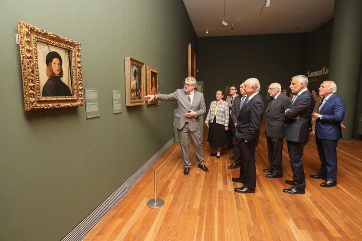 El director del Museo Nacional del Prado y co-comisario de la exposición,  Miguel Falomir, comenta detalles de las obras a los asistentes al acto de inauguración, entre ellos Francisco González, presidente de la Fundación BBVA.