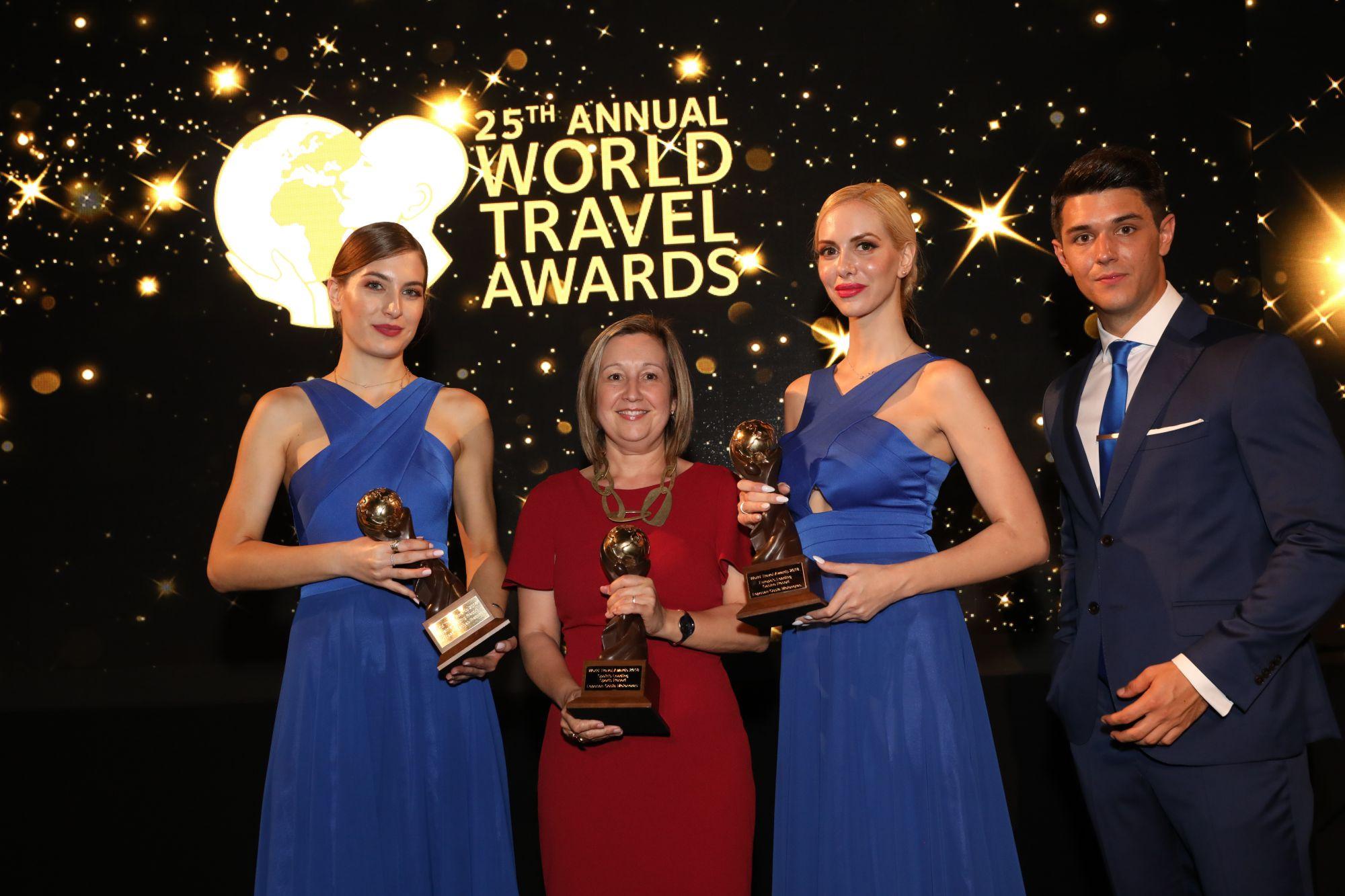 La directora del hotel Lopesan Villa del Conde, Mapi Orihuela, en representacio?n de l Grupo, sujeta los galardones recibidos en la gala