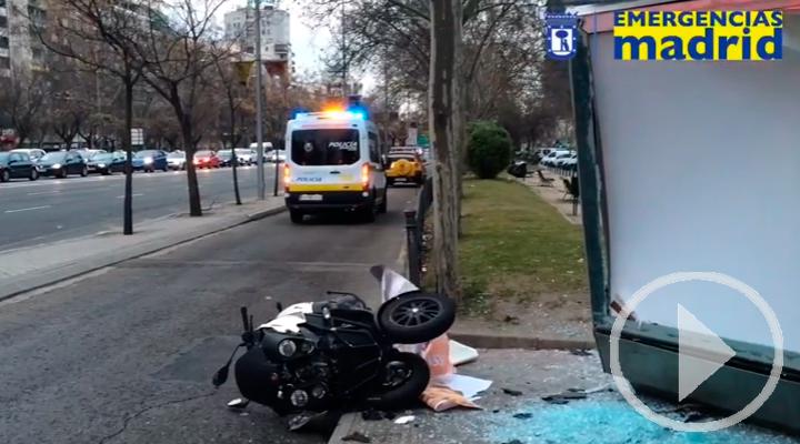 Cuatro heridos al estrellarse una moto contra una marquesina de autobús en Pza de Lima