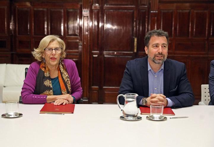 La alcaldesa de Madrid, Manuela Carmena y el alcalde de Rivas Vaciamadrid, Pedro del Cura, acuerdan el nuevo límite territorial a la M-50.