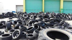 Neumáticos abandonados en el Polígono Industrial Camporroso en Alcalá de Henares