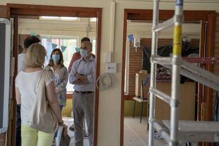 El alcalde de Majadahonda visita las obras en los colegios