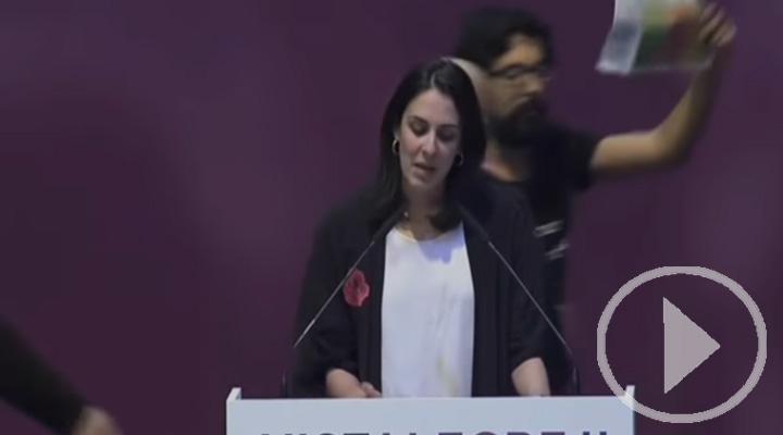 Desalojan a un espontáneo que había saltado al escenario durante el discurso de Rita Maestre