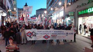 Los trabajadores de Metro de Madrid se manifiestan para pedir un aumento de la plantilla y el desamiantado de la red del suburbano.