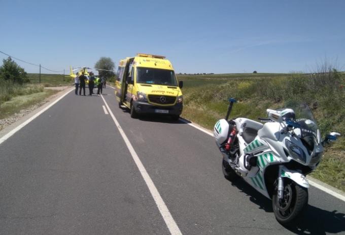 Los servicios de emergencias atienden al motorista herido