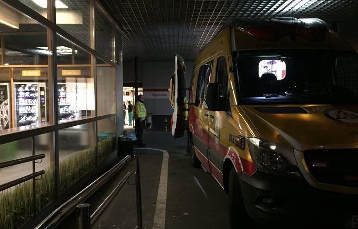 El vehículo de emergencias, a su llegada a uno de los hospitales.