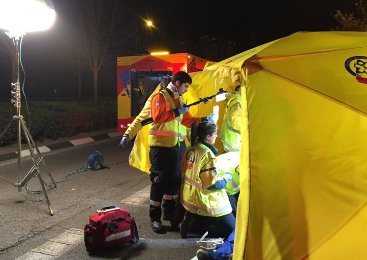 Los servicios de emergencias atienden al motorista herido en el accidente