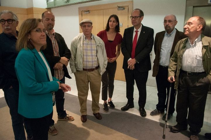 Ángel Hernández, el hombre que ayudó a morir a su mujer, junto a los concejales socialistas del Ayuntamiento.
