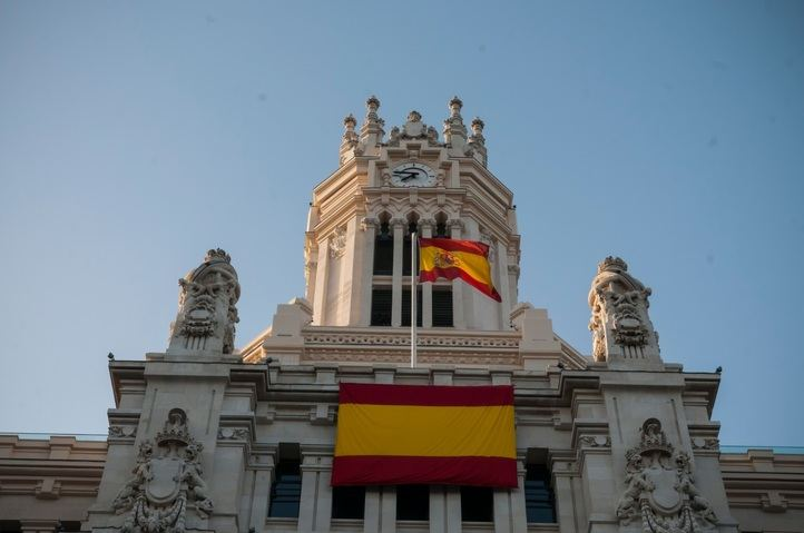 Bandera de España en el edificio del Ayuntamiento de Madrid