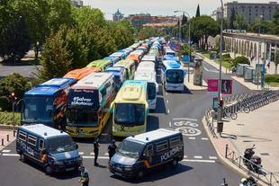 El sector de autobuses discrecionales se concentra ante el Ministerio de Transporte.