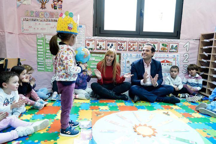 El vicepresidente de la Comunidad de Madrid, Ignacio Aguado, visita el aula impartida por Patricia del Valle, la docente galardonada como mejor profesora de España