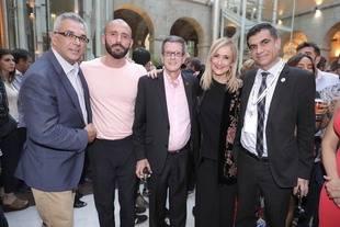 La presidenta regional ha mantenido un encuentro con miembros del  colectivo LGTBI madrileño en la Real Casa de Correos