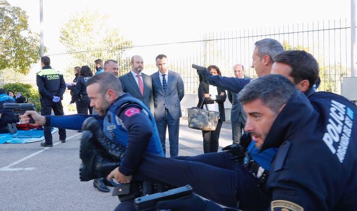 La Comunidad de Madrid organiza el primer curso en España que enseña a policías locales a autoprotegerse frente a ataques terroristas.