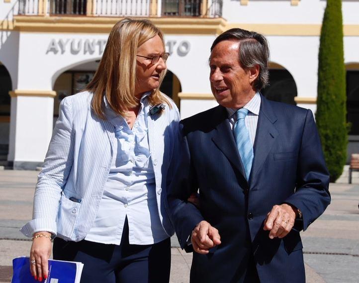 Rosalía Gonzalo e Ignacio García de camino al desayuno informativo.