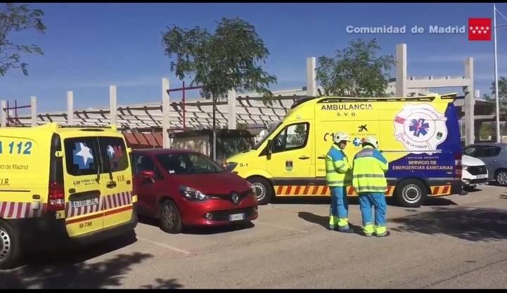 Unidades del SUMMA 112 durante el accidente laboral en Villanueva de la Cañada.