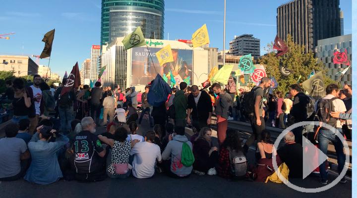 Activistas por el clima cortan el tráfico en Madrid a primera hora