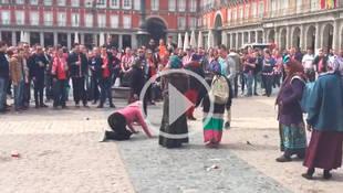 Hinchas del PSV humillan a varias mujeres en la Plaza Mayor