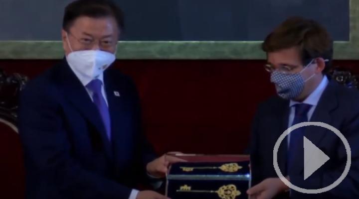 Almeida entrega la Llave de Oro de la Villa de Madrid al presidente de Corea del Sur