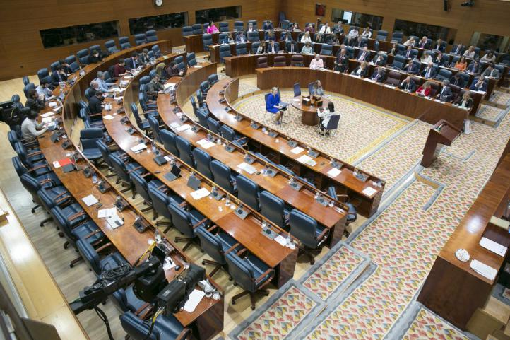 Aspecto del hemiciclo, sin los diputados socialistas ni las parlamentarias de Podemos