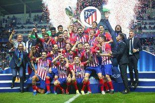 Los jugadores del Atleti celebran la Supercopa tras vencer al Real Madrid en Tallin