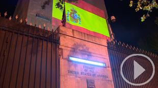 La bandera española ilumina la embajada de EEUU