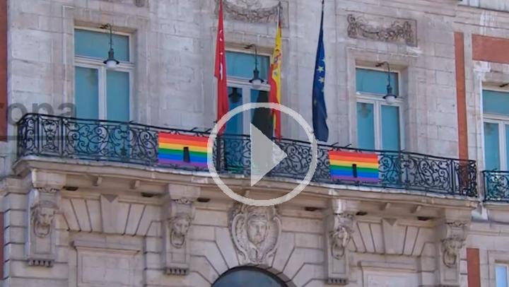Bandera arcoiris en Madrid por las víctimas de Orlando