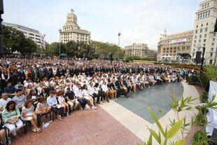 Las principales autoridades del Estado, con el rey a la cabeza, en segunda fila tras las víctimas y sus familiares.