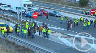Taxistas de Madrid bloquean los accesos a Fitur
